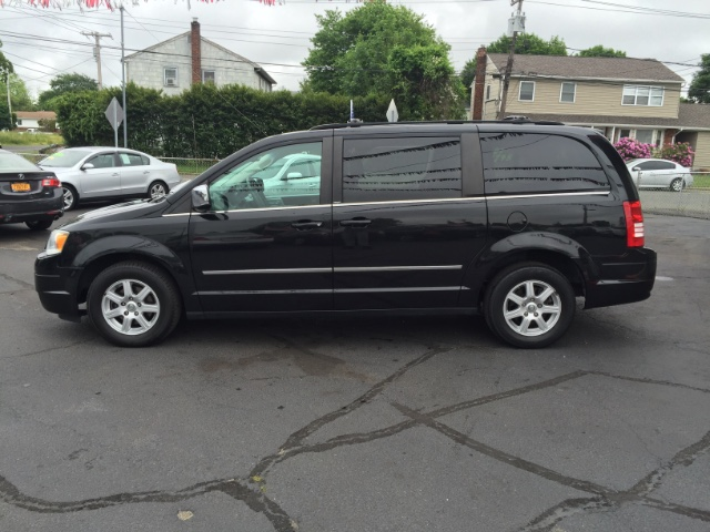 2010 Chrysler Town And Country Brilliant Black Pearl
